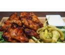 Pikantní kuřecí křídla s česnek. dipem a pečivem | Slevomat