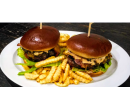 Burger s hovězím masem a sýrem Cheddar pro 2 | Slevomat