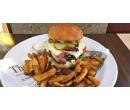 Cheeseburger v domácí bulce s farmářskými hranolky | Slevomat