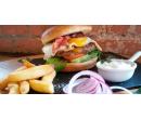Hovězí burger s vejcem, majonézou a hranolky | Slevomat