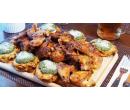 1 kg kuřecích křídel se špenátovými bramboráčky  | Slevomat