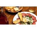 0,5 l vína a domácí chipsy a carpaccio pro 2 osoby | Slevomat