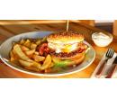 Burger s hovězím, slaninou,sázeným vejcem,hranolky | Slevomat